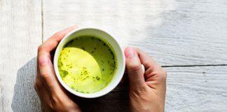 Ma cos'è il tè matcha? Si tratta di una varietà di tè verde di qualità superiore, che è fatto sminuzzando le foglie di esso in una polvere molto fine di un colore verde come vivo e sto per chiamarlo tè St. Patrick, perché sembrerebbe, se non sapevamo che preferiscono un'altra bevanda, che è un tè irlandese. Come una buona parte di bevande importanti in Giappone, il modo in cui il tè matcha è fatto è molto ritualizzato, perché le cose importanti nella vita richiedono tempo e pazienza. E se una delle proprietà fondamentali del nostro tè è la sua capacità di rilassarsi, il rituale contribuirà anche ad esso. Qui, per esempio, si può seguire tutti i passi, perché, come vi dico, Questi sono i sette motivi per cui sarete agganciati a questo delizioso e sconosciuto drink.: