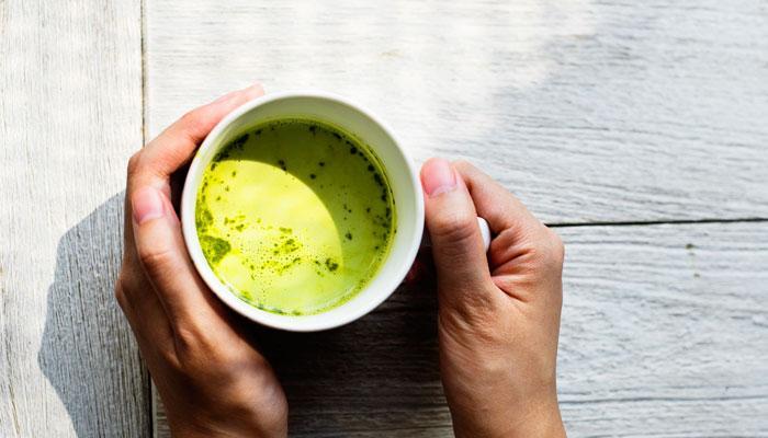 """<span style=""""font-weight: 400;"""">Ma cos'è il tè matcha? Si tratta di una varietà di tè verde di qualità superiore, che è fatto sminuzzando le foglie di esso in una polvere molto fine di un colore verde come vivo e sto per chiamarlo tè St. Patrick, perché sembrerebbe, se non sapevamo che preferiscono un'altra bevanda, che è un tè irlandese. Come una buona parte di bevande importanti in Giappone, il modo in cui il tè matcha è fatto è molto ritualizzato, perché le cose importanti nella vita richiedono tempo e pazienza. E se una delle proprietà fondamentali del nostro tè è la sua capacità di rilassarsi, il rituale contribuirà anche ad esso. Qui, per esempio, si può seguire tutti i passi, perché, come vi dico, Questi sono i sette motivi per cui sarete agganciati a questo delizioso e sconosciuto drink.:</span>"""